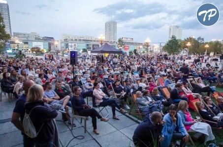 Warszawa. Światowy teatr na placu Defilad.